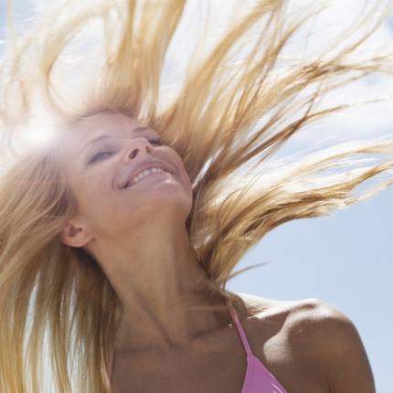 Letnja nega kose – kako se zaštititi od sunčevog zračenja